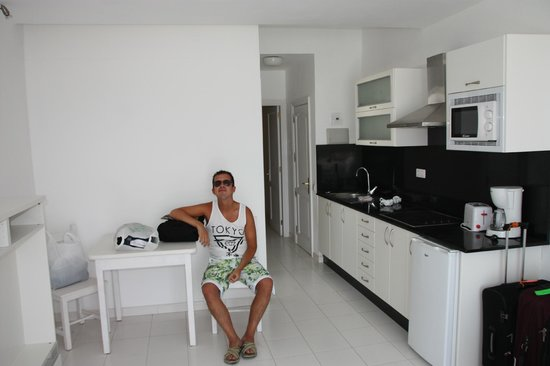 Arena Dorada Apartments: Bright and modern kitchen/dining with everything you need, even luch black granite surfaces!