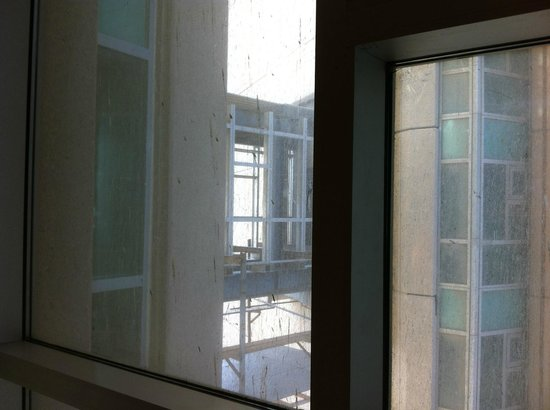 Makkah Clock Royal Tower, A Fairmont Hotel: Dirty window