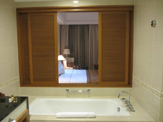 Royale Chulan Kuala Lumpur: バスルームから部屋