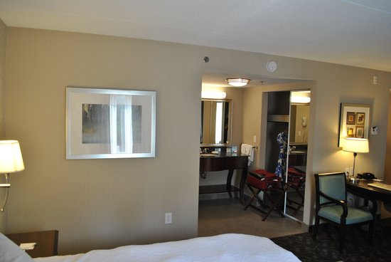 Hampton Inn & Suites by Hilton Barrie: Dressing/closet area