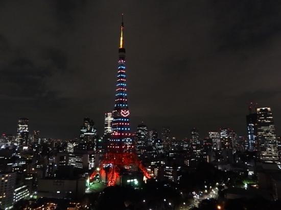 The Prince Park Tower Tokyo : 31階のベランダから見える夜景。クリスマスバージョンの東京タワーと摩天楼