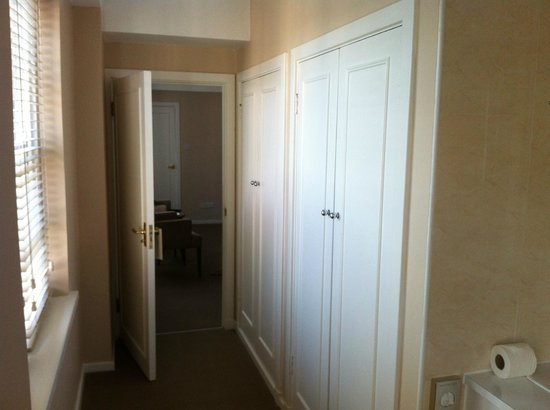 Dolphin House Serviced Apartments: Closets between Bathroom and Bedroom