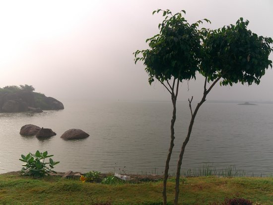 Bhadrakali Temple: Lake facing the temple