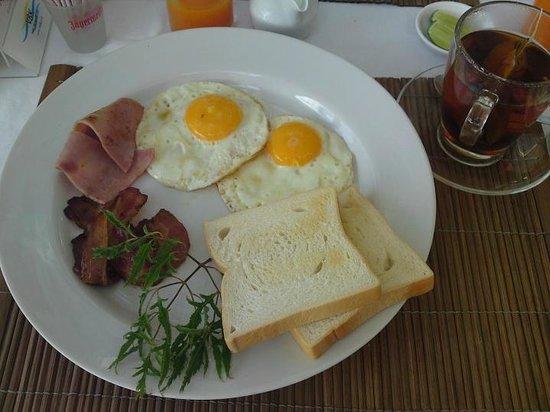 กะรน คลิฟ คอนเทมโพรารี่ บูติค บังกะโล: This was our daily breakfast....not refillable...
