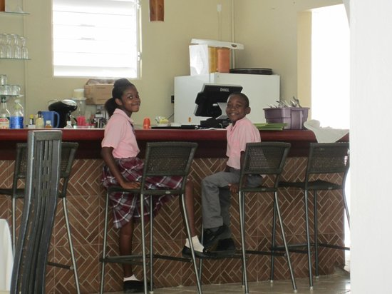 Anacaona Boutique Hotel: School kids having their lunch at Anacaona bar near pool.