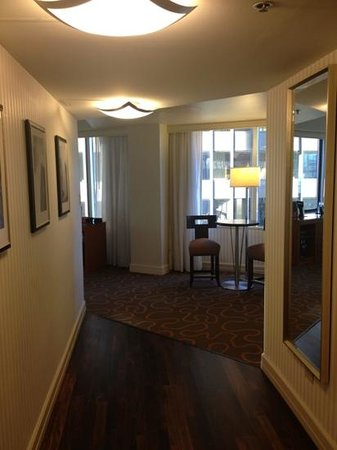 Swissotel Chicago: Entry way into King Suite.