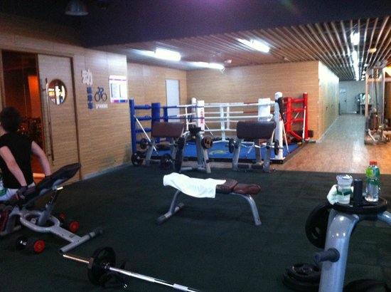 ‪رينيسانس شانجهاي تسونجشان بارك: Fitness Center Weight area & boxing ring‬