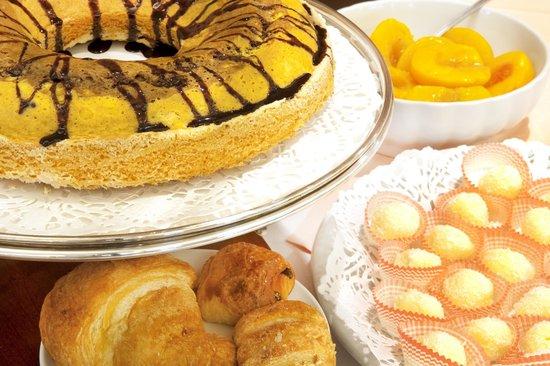 Pollein, Itália: Torte caserecce nel buffet della prima colazione