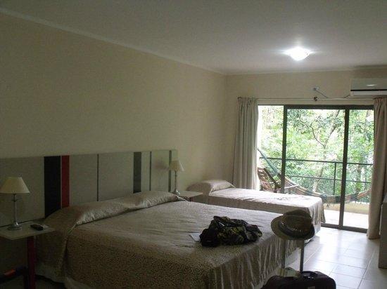 Sol Cataratas Hotel: tenia tres camas la habitación y hasta heladerita pequeña.
