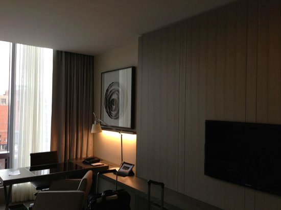 Four Seasons Hotel Toronto : great desk and built ins