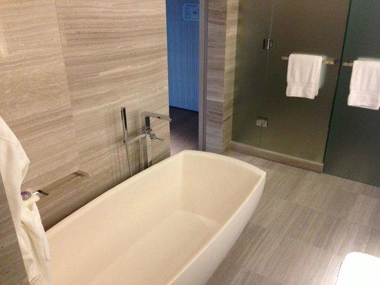 Four Seasons Hotel Toronto : large tub