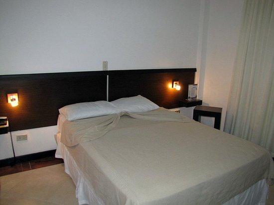 Hotel Surf Paradise: Quarto padrão.