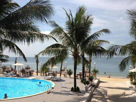 Thien Thanh Resort: pool and steps down to beach