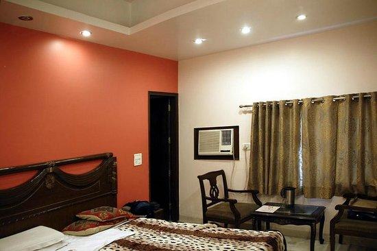 Hotel Amax Inn: room 107