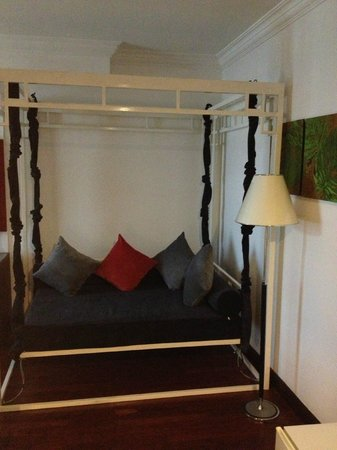 Memoire d' Angkor Boutique Hotel: Swinging couch in room