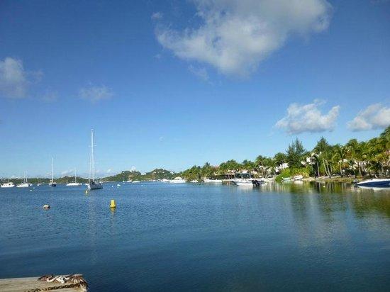 Le Flamboyant Hotel and Resort: Vue du lagon le village