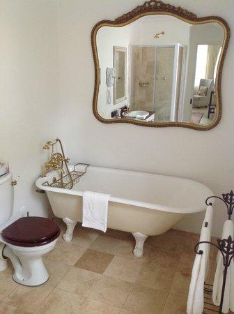 Les Chambres Guest House: Bath