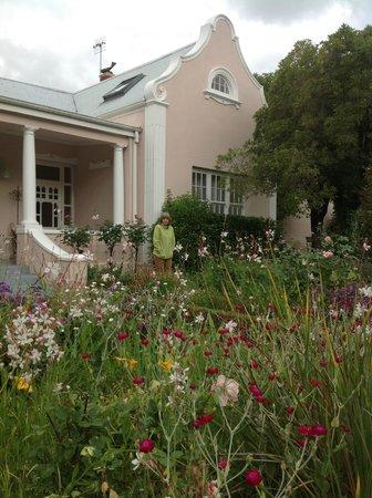 Les Chambres Guest House: Front garden