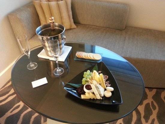 InterContinental Miami: Champagne, cheese and fruit