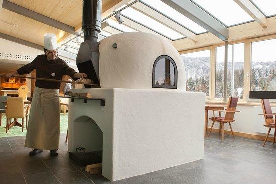 Hotel Oberstdorf: Brotbackofen im Wintergarten