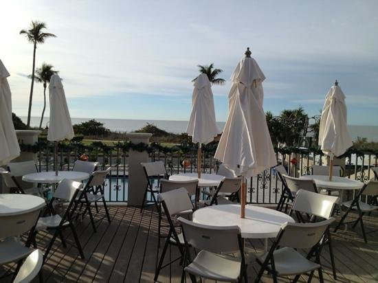 West Wind Inn: Poolside restaurant overlooking the gulf