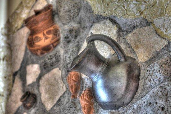 B&B Qui dormi l'Etrusco: Sala Breakfast: inserto sul muro con riproduzioni di cocci etruschi