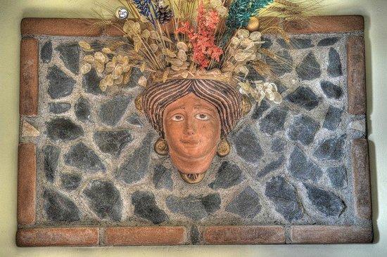 B&B Qui dormi l'Etrusco: Sala breakfast: inserto su muro