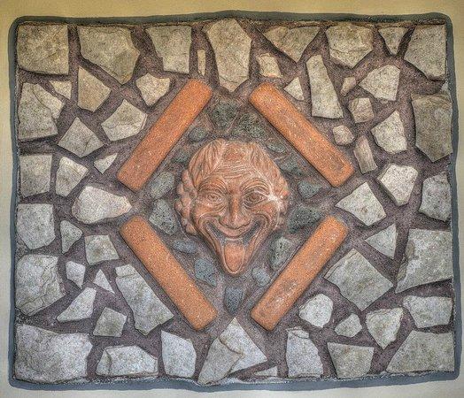 B&B Qui dormi l'Etrusco: Camera dell'eros: inserto sul muro
