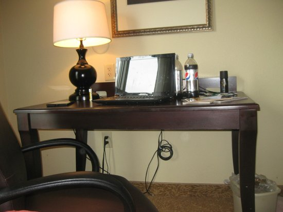 Country Inn & Suites By Carlson, Petersburg: desk in room