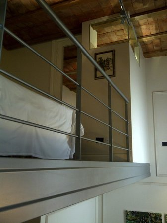 San Telmo Luxury Suites: Mezzanine bedroom viewed from the stairs