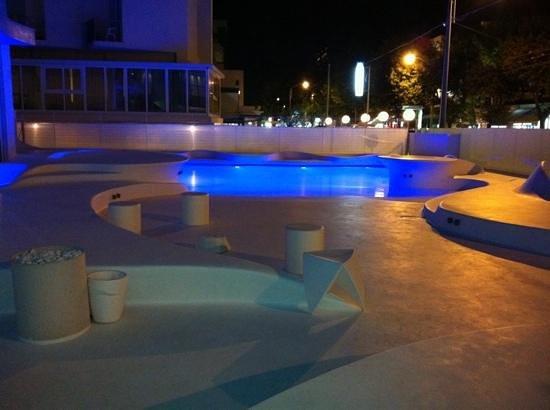i-SUITE Design Hotel: Piscina di notte
