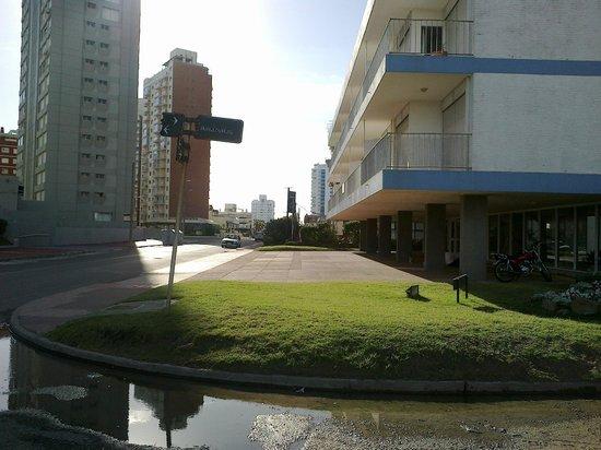 rua de acesso ao hotel dollar