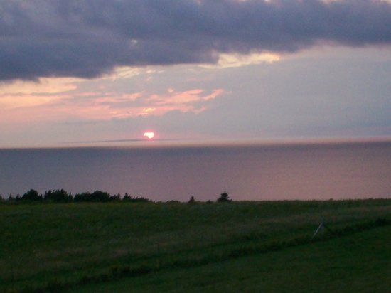 Red Roof Bed and Breakfast: Sunset over PEI from our balcony