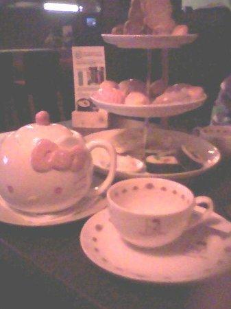 Set restaurant: main vue on the high tea 3 layered tray