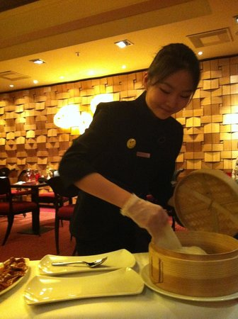 Asian Place : Server served the Peking duck in pancake