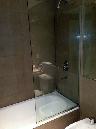 Awwa Suites & Spa: Shower