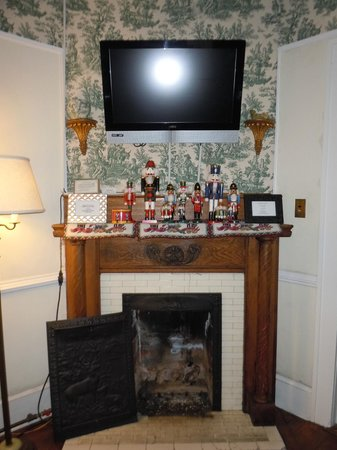 Abbington Green Bed and Breakfast Inn: Working fireplace with Nutcracker collection