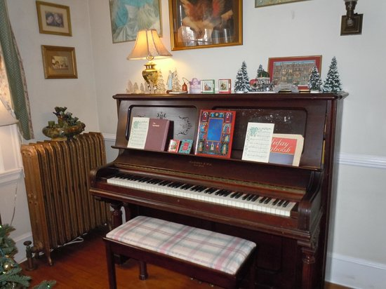 Abbington Green Bed and Breakfast Inn: Working piano