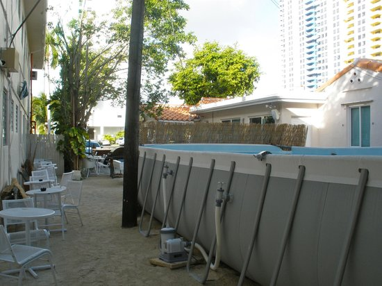 Bikini Hostel, Cafe & Beer Garden: Pool view from the side of the building