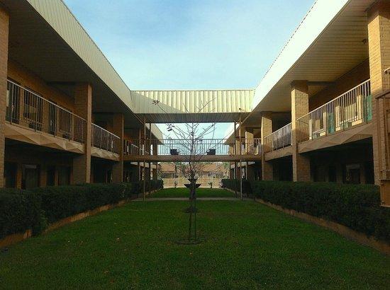 Crockett, TX : Hotel courtyard