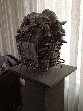Arcotel John F: scultura