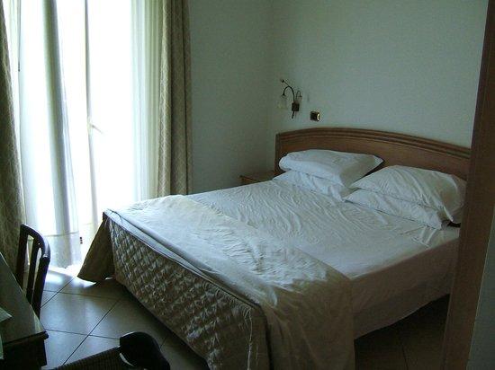 Hotel Portonuovo: camera matrimoniale con lettino