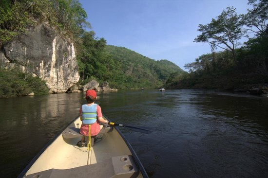 Black Rock Lodge: Canoeing down the Macal River