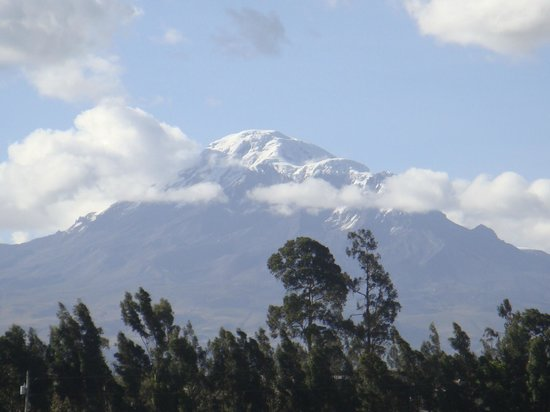 Hacienda Abraspungo: the view of the volcano from the hotel
