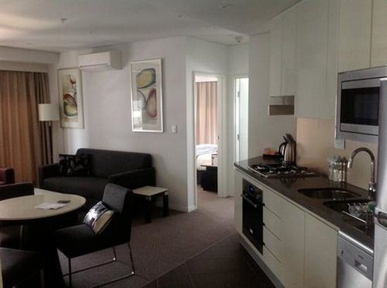 Meriton Serviced Apartments Brisbane on Adelaide Street: Kitchen/living room side view