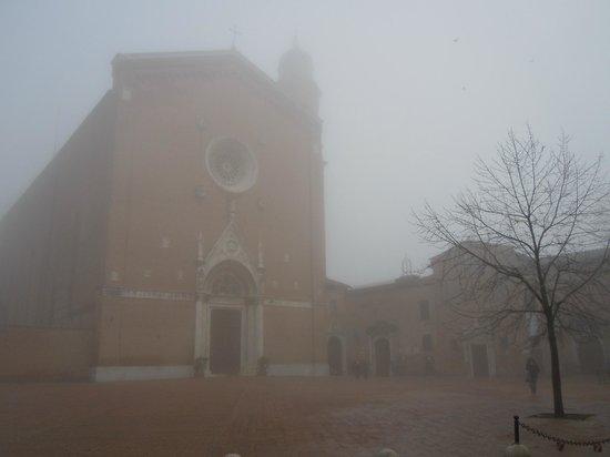Basilica di San Francesco: La foto è stata scattata verso le 12.30 quando era chiusa immaginate come poteva essere buia all