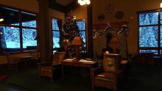 Wuksachi Lodge: Lobby mit Kamin