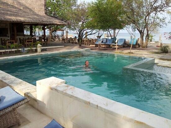 Satu Tiga Resort: Pool looking towards beach front.