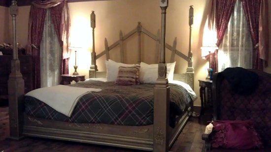 ‪‪Ravenwood Castle‬: King size bed fit for royalty - Cinderella's Coach House