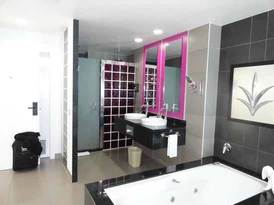Hotel Riu Palace Peninsula : chambre de bain ouverte